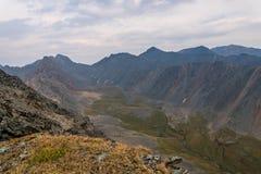 De rotsenbovenkant van de bergenvallei Stock Afbeelding