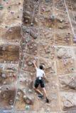 De rotsklimmer beklimt mountaneering muur Stock Afbeeldingen