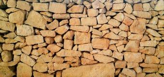 De rotsmuur, plaatst volkomen stenen in een rotsmuur Stock Foto