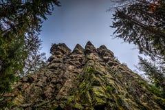 De rotsvorming van Ctyripalice in de bewolkte de herfstdag stock foto