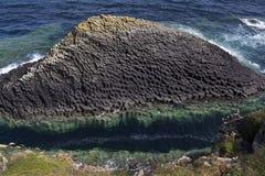 De rotsvorming van het basalt - Staffa - Schotland Stock Foto