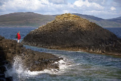 De rotsvorming van het basalt - Staffa - Schotland Stock Afbeeldingen