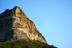 De rotsvormingen zijn een hoofddeel in het mooie landschap van Meteora, Griekenland met zijn kloosters, zijn bergen en zijn aard stock foto