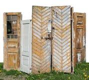 De rotte houten gele en witte deuren zijn geïnstalleerd op de lente g Stock Afbeelding