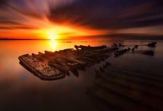 De rottende boot stock afbeelding