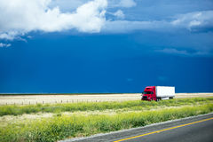 De rouge camion semi étant assorti à la cargaison sur la Californie aménageant la route en parc Photo stock