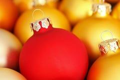 Or de rouge de babioles d'arbre de Noël Photographie stock libre de droits