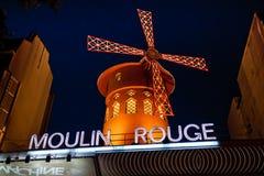 De rouge Moulin 's nachts, Parijs, Frankrijk Stock Fotografie