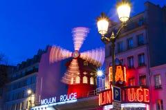 De Rouge van cabaretmoulin in avond, Parijs, Frankrijk Stock Foto