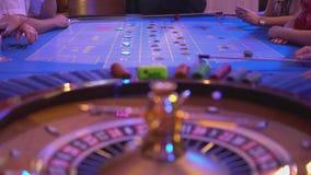 De roulettelijst in een casino - meer groupier rotaties rijd - rien Ne-vas plus stock videobeelden