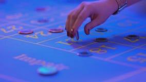 De roulettelijst in een casino - plaatsende weddenschappen aangaande roulettelijst - sluit omhoog geschoten stock videobeelden