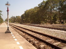 De route van de trein is zichtbaar in de afstand Stock Fotografie