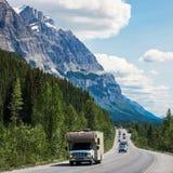 De Route van het Icefieldsbrede rijweg met mooi aangelegd landschap tussen Banff en Jasper National Parks, Alberta, Canada stock afbeelding