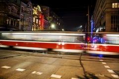 De routelichten van de tram bij nacht stock fotografie