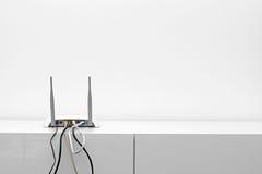 De router van Wifiinternet op plank in wit binnenland royalty-vrije stock afbeeldingen