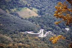 De routes montagnes sinueuses cependant Image stock
