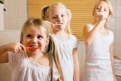 De routine van de avond - het borstelen tanden Stock Afbeelding