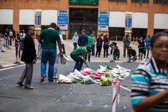De rouwdragers verzamelen zich voor Mandela Stock Foto