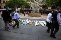 De rouwdragers verzamelen zich voor Mandela stock afbeeldingen