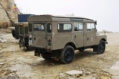 ` De Rover Series One 107 de terre dans la carrière en pierre Photos libres de droits