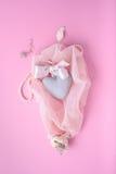 De roze achtergrond van de Valentine'sdag met hart, zijdelint en shells op een sluier Romantische groetkaart, de bovenkant van  Stock Afbeeldingen