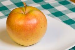 De roze appel van de Parel op een witte plaat Stock Foto's