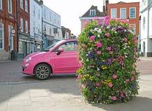 De roze auto van Fiat over stad Royalty-vrije Stock Afbeeldingen