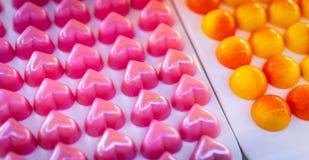 De roze chocolade van de hartvorm De daggift van Valentine ` s Witte chocolade ganache met roze geur op witte plaat Ondiepe diept royalty-vrije stock fotografie