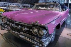 De roze Chrysler Keizerkroon 1959 van Robert Plant ` s in Helleens Motormuseum in Athene, Griekenland royalty-vrije stock fotografie