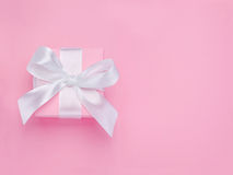De roze de giftdoos van de Dag van Valentijnskaarten bond witte lintboog stock foto's