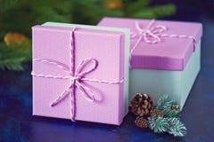 De roze doos van Kerstmisgiften op blauwe achtergrond Groene nette tak Royalty-vrije Stock Fotografie