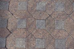 De roze en grijze niet gepolijste blokken van de granietbestrating stock afbeeldingen