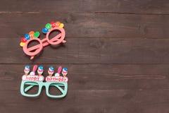 De roze en Groene glazen met Gelukkige Verjaardagsmassage is op nastreven Royalty-vrije Stock Fotografie