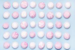 De roze en Witte Smakelijke Heemst op Blauwe Vlakte Als achtergrond legt Hoogste Meningstextuur Als achtergrond van het Kleurrijk Royalty-vrije Stock Foto's