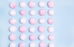 De roze en Witte Smakelijke Heemst op Blauwe Vlakte Als achtergrond legt Hoogste Meningstextuur Als achtergrond van Kleurrijk het Royalty-vrije Stock Foto's