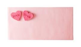 De roze envelop wordt verzegeld door een hart twee stock fotografie