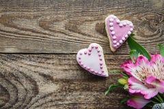 De roze gevormde koekjes van Valentine ` s hart royalty-vrije stock afbeeldingen