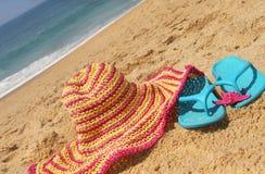 De roze hoed van de zeekust en van het stro Stock Afbeelding