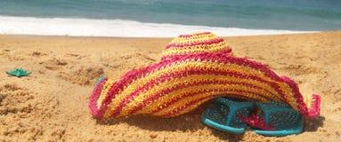 De roze hoed van de zeekust en van het stro Royalty-vrije Stock Fotografie
