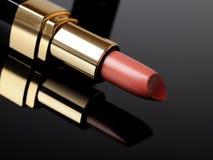 De roze lippenstift van de luxe op zwarte achtergrond. samenstelling Stock Afbeeldingen
