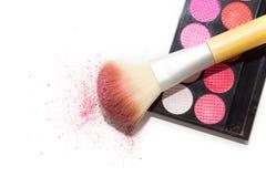 De roze oogschaduw, grote kosmetische borstel en bloost op witte backgroun Royalty-vrije Stock Afbeelding