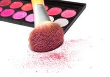 De roze oogschaduw, grote kosmetische borstel en bloost op witte backgroun Stock Afbeeldingen