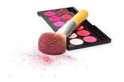 De roze oogschaduw, grote kosmetische borstel en bloost op witte backgroun Royalty-vrije Stock Foto