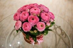 De roze Perzische boterbloem bloeit ranunculus boeket Royalty-vrije Stock Afbeelding