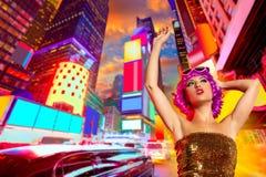 De roze pruik die van het partijmeisje in Times Square van NYC dansen Stock Fotografie