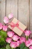 De roze rozen en valentijnskaartendoos van de daggift Stock Foto's