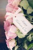 De roze rozen van de moedersdag op rustieke donkere houten lijst Stock Foto's