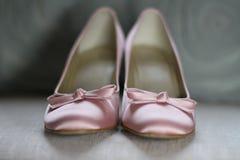 De roze schoenen van het satijnhuwelijk Stock Fotografie