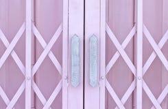 De roze schuifdeur van het metaaltraliewerk met handvat Stock Afbeeldingen