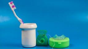de roze tandenborstel met tandzijde en de tandpal purpere witte schone hygi?ne als achtergrond kleuren groen gezond voorwerp royalty-vrije stock foto
